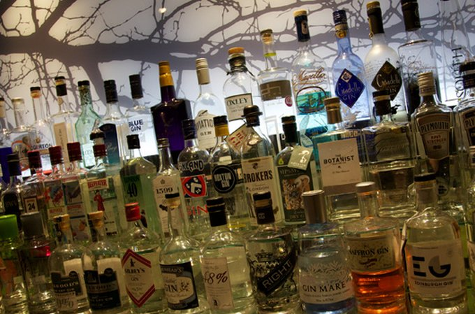englands madkultur The world's largest gin collection, at The Feathers Hotel in Oxfordshire